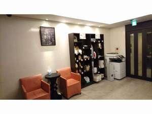 くれたけインプレミアム浜松町:フロント ロビーです。入浴剤などの販売品や、貸出品はこちらに御用意しています。