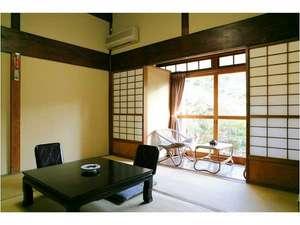 長八の宿 山光荘:【客室】牛原の間天井の高い設えの伸び伸びした空間の間です。  縁側から庭に出ることができます。