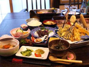 ひのき風呂の宿分家:*【炭火焼プラン料理:一例】皆さんで炭を囲んで 楽しくお食事が出来るテーブル席。
