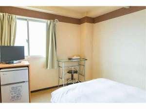 ホテル プラチナ:客室(机・テレビ・冷蔵庫)