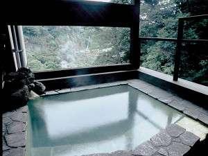 いやしの里 松苑:【風呂】本館の貸切家族風呂。こちらも良質の硫黄泉を気兼ねせず愉しめる