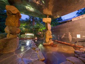 旬と味覚とおもてなしの宿 湯郷グランドホテル:露天風呂の石積みモニュメントもお楽しみいだたけます。