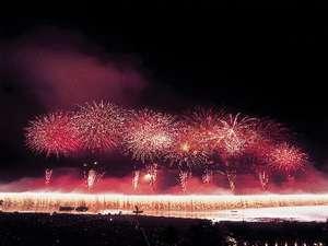 諏訪湖湖上花火大会 全長2kmに及ぶナイアガラ瀑布