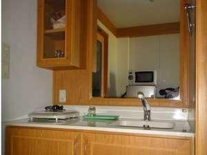 ビジネスホテル ウィークリーオーエヌ:清潔なキッチン。IHクッキングヒーター。電子レンジ。