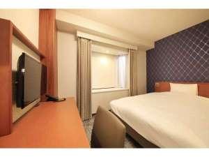 リッチモンドホテル東京目白:【スタンダードシングル】 15㎡|140cm幅のダブルベッド|窓が一部壁やすりガラスのお部屋がございます