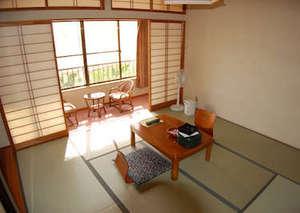 宮田屋旅館:8畳、広縁、洗面所、トイレ、冷暖房完備