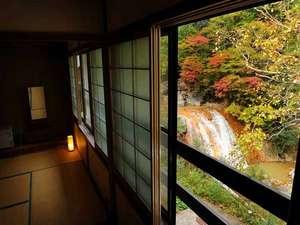 渓流絶景の宿 滑川温泉 福島屋 :*【8畳客室から眺める紅葉景色】ダイナミックな滝や、赤や黄色に染められた木々にうっとり。。