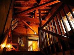 渓流絶景の宿 滑川温泉 福島屋 :築200年の木造建築。日々磨き上げ、廊下は黒光りする歴史ある館内