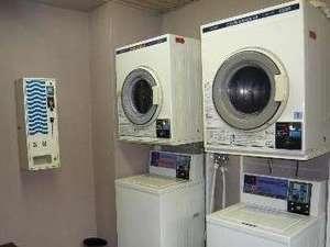ホテルサンプラスユタカ:コイン式ランドリーとドライヤーおよび洗剤をご用意しています。