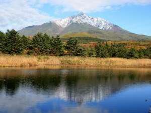 中原旅館:*南浜湿原から見た利尻富士。湖に移る姿も圧巻です。(写真は10月中旬)