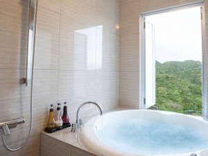 星のテラスもとぶ山里:【スーペリアルーム】ジェットバス 2種類の入浴剤をご用意。直径140cmの大きなバスでゆったり入浴。