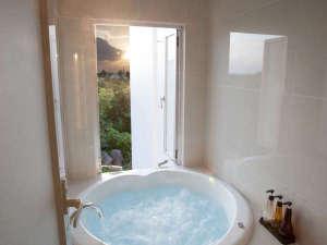 星のテラスもとぶ山里:【直径140cmのジャグジー】浴室には2種類のバブル入浴剤をご用意。ゆったり入浴をお愉しみ下さい
