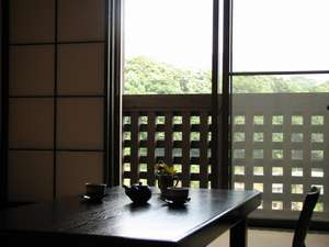 湯煙を眺めることのできる落ち着いた和室。