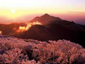 冬の霧島連山。樹氷が山並みを彩ります。
