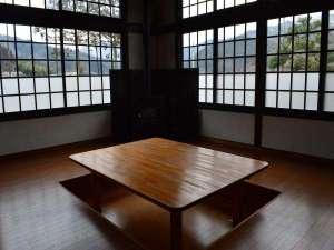 あやべ山の家:談話室。冬には暖炉を灯します。
