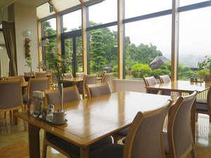 布引温泉こもろ:*【レストラン】爽やかな朝の空気の中、風景を眺めながら、お食事をお楽しみください。