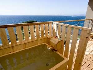 南紀白浜 浜千鳥の湯 海舟:波の抄・暁の抄に備えられた檜の露天風呂。