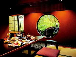 伊豆長岡桂川彩峰:家具デザイナー岩倉榮利氏による「ロックストーン」の洗練された家具のお食事処もございます。
