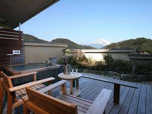 テラス・露天風呂付き客室。晴れていれば綺麗な富士山を眺めながら温泉を楽しめます♪