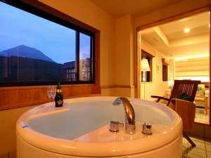 ナチュラルリゾートニセコワイスホテル:展望ジャクジー付ベッドルーム。ちょっぴり贅沢な入浴をお楽しみください。