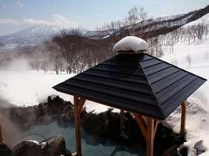 ナチュラルリゾートニセコワイスホテル:羊蹄山を望む岩露天風呂。白銀に染まる山々を眺め、心身ともにリラックス