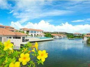 ホテルアラマンダ小浜島:【外観】ラグーンの水辺を囲むように佇む、全室スイートのアラマンダ小浜島。