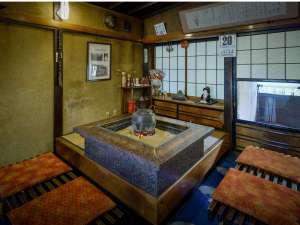 【茶の間】昔の写真や森繫久彌さんからのお手紙などレトロな雰囲気