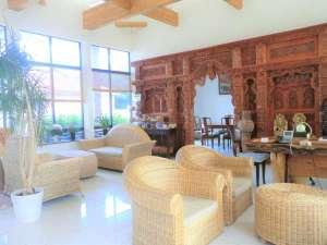 リゾート・シーピロス:開放感溢れるロビー