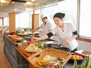 皆生温泉 東光園:バイキングのパフォーマンスコーナーでは揚げたて天麩羅やお寿司などが愉しめます