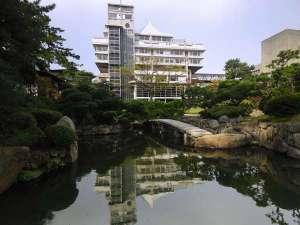皆生温泉 東光園:庭園から見た本館「天台」の外観。菊竹清訓先生設計の代表建築です