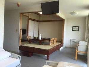 埼玉県伊豆潮風館:一階和洋室はベッド2台+和室6畳4人定員