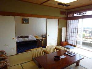 埼玉県伊豆潮風館:特別室は和室10畳とリビング、ユニットバス付 リビングの絨毯、壁のクロスをリニューアルしました