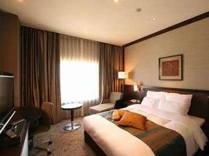 ANAクラウンプラザホテル沖縄ハーバービュー:白と黒とダークブラウンが醸しだすクールな雰囲気で、大人の寛ぎを演出しています