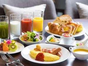 ANAクラウンプラザホテル沖縄ハーバービュー:【クラブラウンジ/ご朝食】洋食を中心に、和食や琉球料理も召し上がれるブッフェスタイル