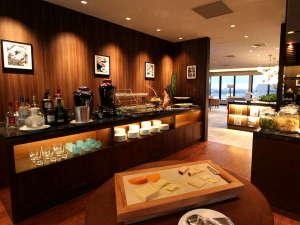 ANAクラウンプラザホテル沖縄ハーバービュー:【カクテルタイム】ビール、ワインを始めとする各種アルコール、ソフトドリンクを用意。