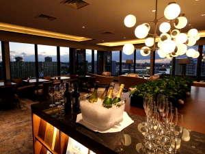 ANAクラウンプラザホテル沖縄ハーバービュー:【クラブラウンジ】カクテルタイム/時のうつろいを感じながら、ディナー前の寛ぎのひとときを。