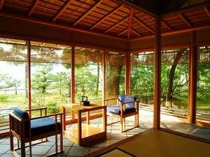 文珠荘 松露亭:【雲井】特別室。サンルームのような石畳の広縁から望む阿蘇海