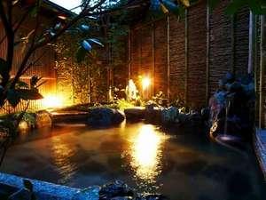 文珠荘 松露亭:幻想的な夜の露天風呂