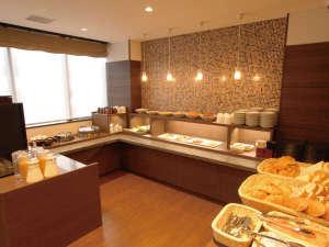 ABホテル伊勢崎:[食事カウンター]人気の和洋バイキング無料朝食♪毎日日替わりでご用意致しております。