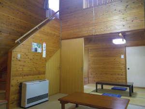 かじかの湯 コテージかじか荘:*【コテージのお部屋】木の造りの落ち着いた雰囲気。