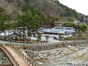 かじかの湯 コテージかじか荘:*【全景】川のせせらぎや自然の木々に癒される場所。
