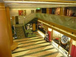 宮島ホテルまこと:開放感がある2階まで吹き抜けのロビー。2階にもすらりと絵画を展示しております。