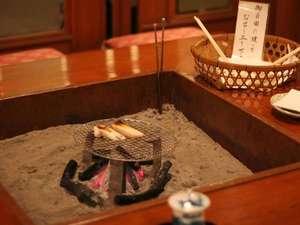 夕食までのお時間、ロビーの囲炉裏で「かき餅」を焼きませんか?