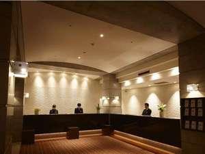 ザ・レジデンシャルスイート・福岡:落ち着いた雰囲気のフロントカウンター。宅配・タクシーの手配も承ります。