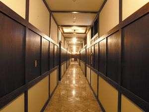 長く伸びる廊下も大理石張り。どこか懐かしい風情も八組様だけのもの。