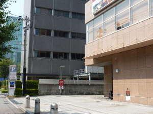 駐車場入り口 隣NTTデータビルとホテルの間の道をお進みください