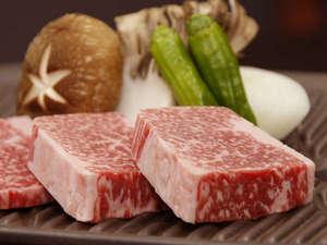 湯元館:分厚く切った飛騨牛…陶板焼きでお召し上がり頂きます。
