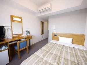 ホテルルートイン御前崎:【シングルルーム】セミダブルサイズのベッドでゆっくりとおくつろぎ頂けます。