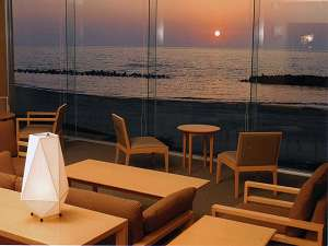 海辺のお宿 一久:ロビー越しに臨む夕日