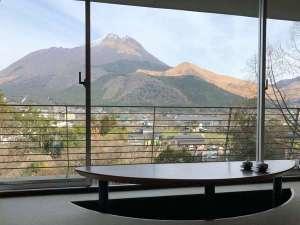 由布院ことぶき花の庄:お部屋から見える由布岳を眺めながらティータイムでほっと一息♪